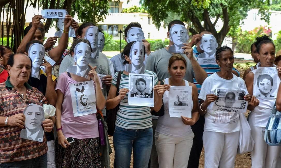 Dissidentes fazem protesto em Havana usando máscaras de Obama Foto: Francisco JARA / AFP