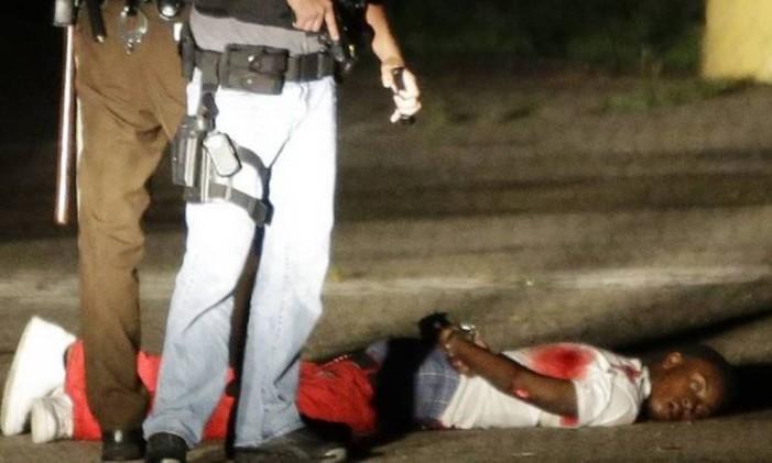 Ensanguentado, jovem foi levado ao hospital local e identificado por seu pai Foto: AP