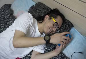 O chinês Zhang Ran conversa com o programa Xiaoice em sua casa em Pequim Foto: GILLES SABRIE / NYT
