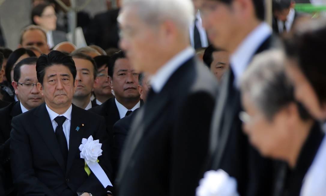 Na cerimônia dos 70 anos da bomba de Nagasaki, Abe (esquerda) citou horrores da guerra Foto: Eugene Hoshiko / AP