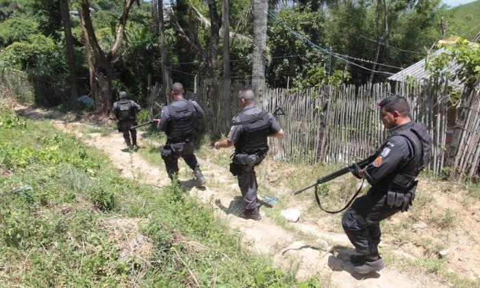 Policiais militares durante operação contra traficantes Foto: Cléber Júnior / O Globo