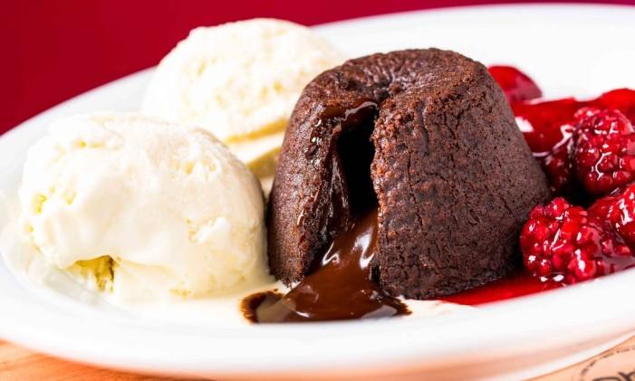 No Ráscal, versão clássica: é servido com duas bolas de sorvete de creme e calda de frutas vermelhas Foto: Frederico de Souza / Divulgação
