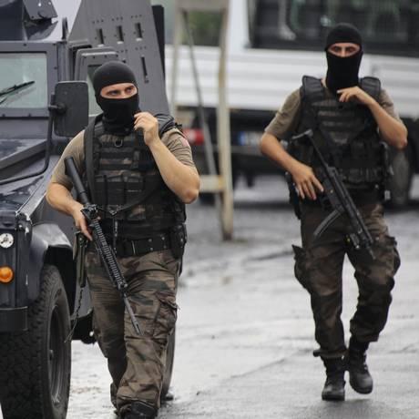 Força especial da polícia faz patrulha em Istambul após ataques atribuídos a insurgentes curdos Foto: STRINGER/TURKEY / REUTERS
