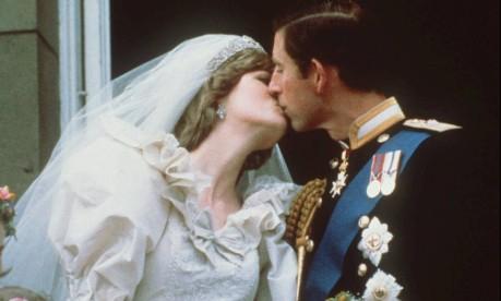 Casamento do século. Com um beijo, Charles e Diana selaram um conto de fadas moderno: a união, porém, acabou em divórcio Foto: AP / 29/07/1981