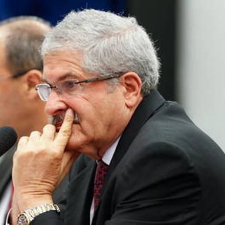 O deputado José Rocha (PR-BA), relator da CPI do BNDES, durante a sessão que convocou o presidente do banco, Luciano Coutinho Foto: André Coelho / O Globo