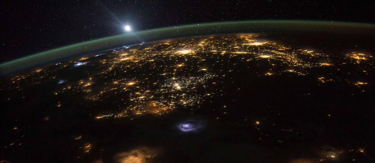 Foto do astronauta Scott Kelly, da Nasa, atualmente a bordo da ISS, mostra o nascer da Lua visto do espaço com a região Oeste dos EUA, e suas grandes cidades brilhando logo abaixo: poluição luminosa impede que moradores vejam as estrelas Foto: SCOTT KELLY/Nasa