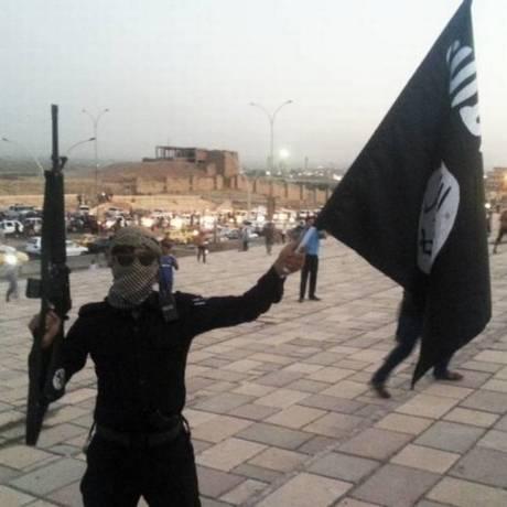 Militante do Estado Islâmico balança bandeira Foto: Reprodução