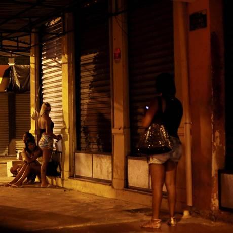 Prostituição em ruas do centro de Niterói Hudson Pontes / Agência O Globo. Foto: Hudson Pontes / Agência O Globo