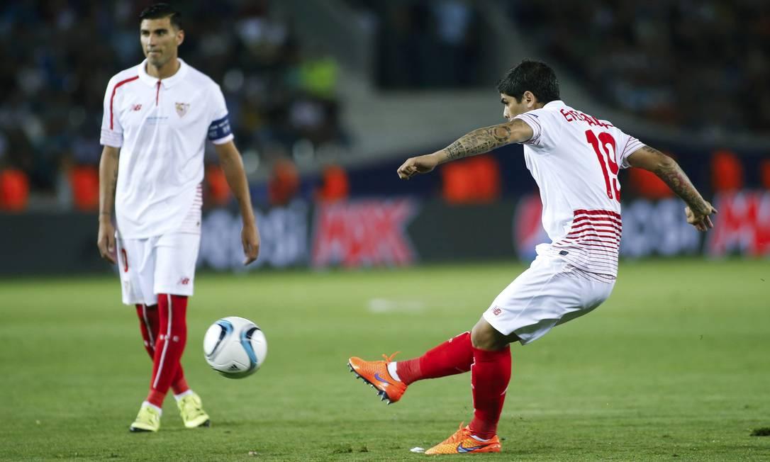 De falta, Banega abriu o placar para o Sevilla contra o Barcelona DAVID MDZINARISHVILI / REUTERS