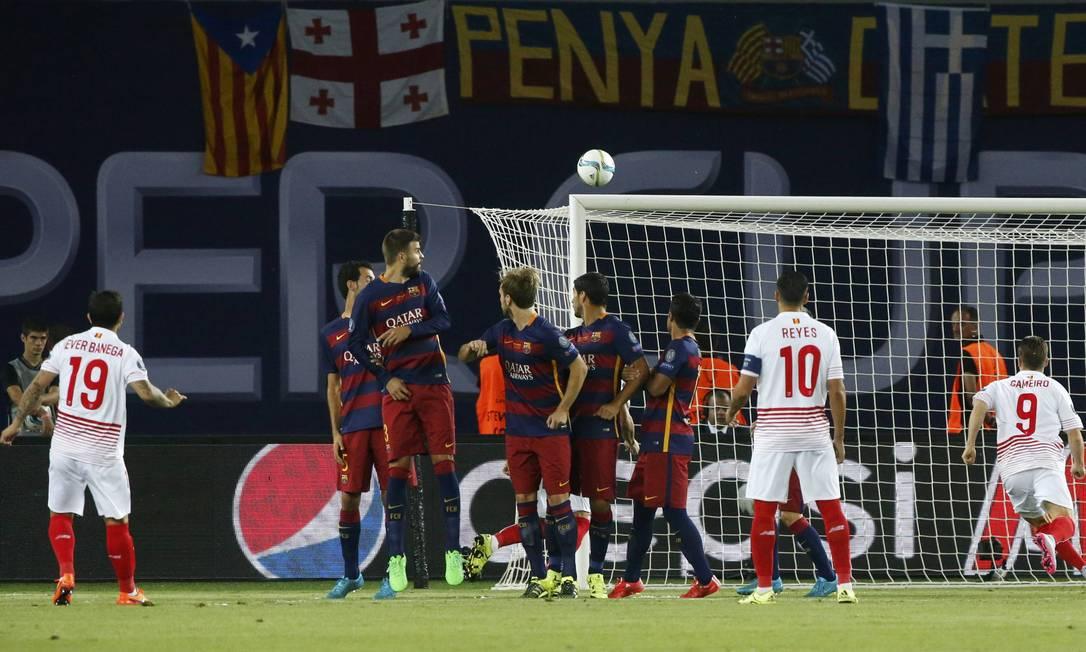 A cobrança do camisa 19 do Sevilla encobriu a barreira e entrou no ângulo GRIGORY DUKOR / REUTERS