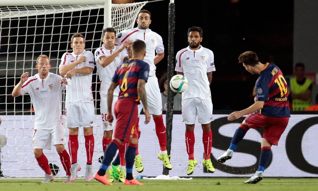 Também de falta, cobrada com incrível precisão, Messi empatou o jogo Ivan Sekretarev / AP
