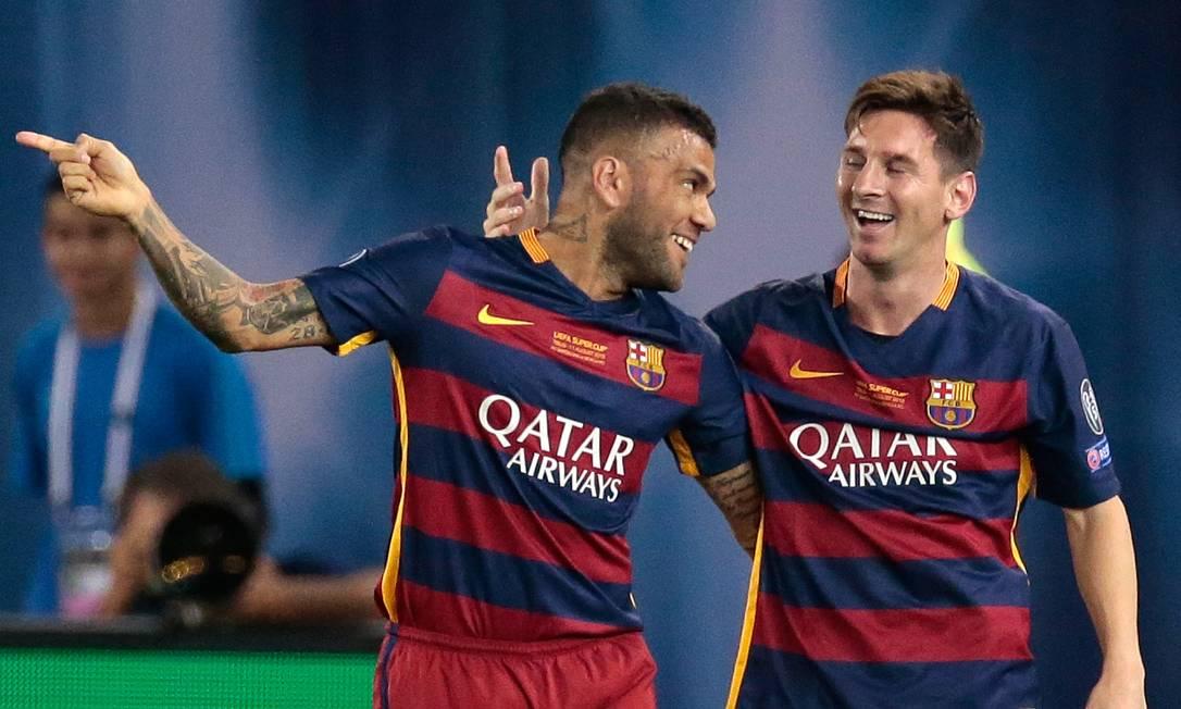 Daniel Alves e Messi comemoram o segundo gol Ivan Sekretarev / AP