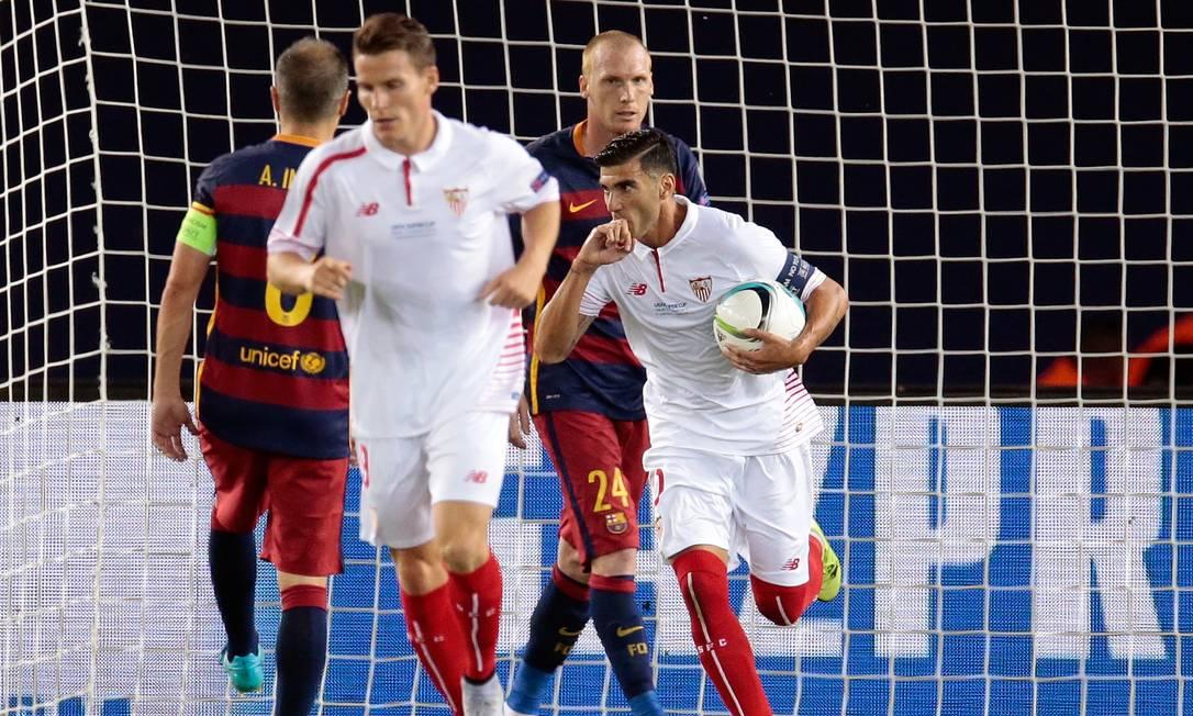 Reyes segura a bola após fazer o segundo gol do Sevilla Ivan Sekretarev / AP