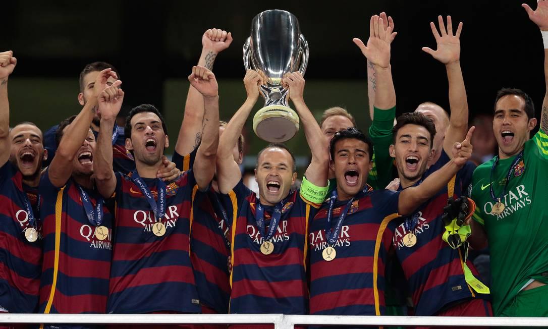 O capitão Iniesta ergue mais um troféu para o Barcelona Ivan Sekretarev / AP