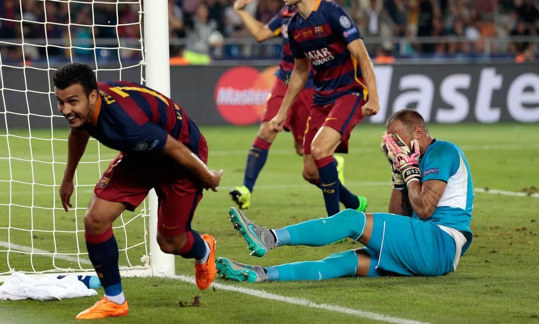 Com o goleiro Beto desesperado após dar rebote, Pedro, à esquerda, corre para comemorar o gol do título do Barcelona Ivan Sekretarev / AP
