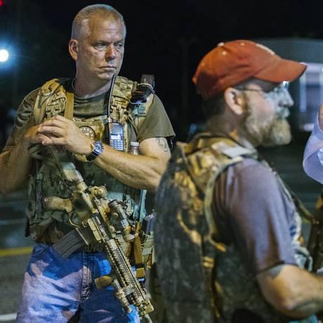 Com aparência militar, grupo considera o governo ditatorial e defende proteção da Constituição Foto: LUCAS JACKSON / REUTERS