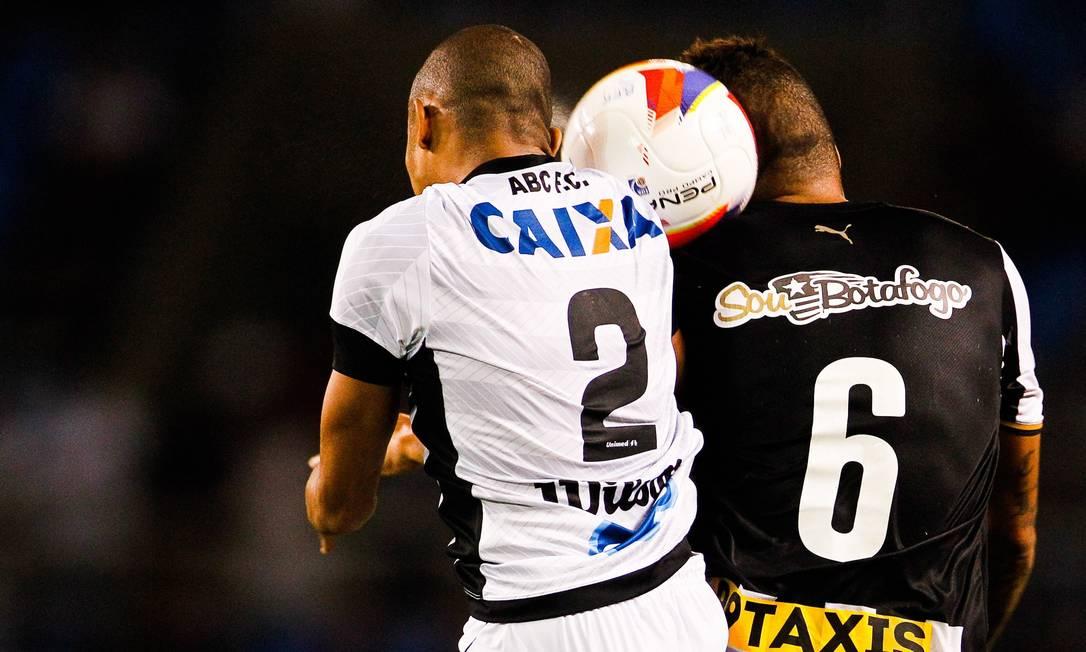 Carleto, do Botafogo, disputa a bola com Luis Ricardo Guilherme Leporace / Agência O Globo