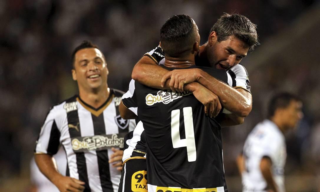 O camisa 9 do Botafogo é abraçado ao fazer seu primeiro gol com a camisa do clube Cezar Loureiro / Agência O Globo