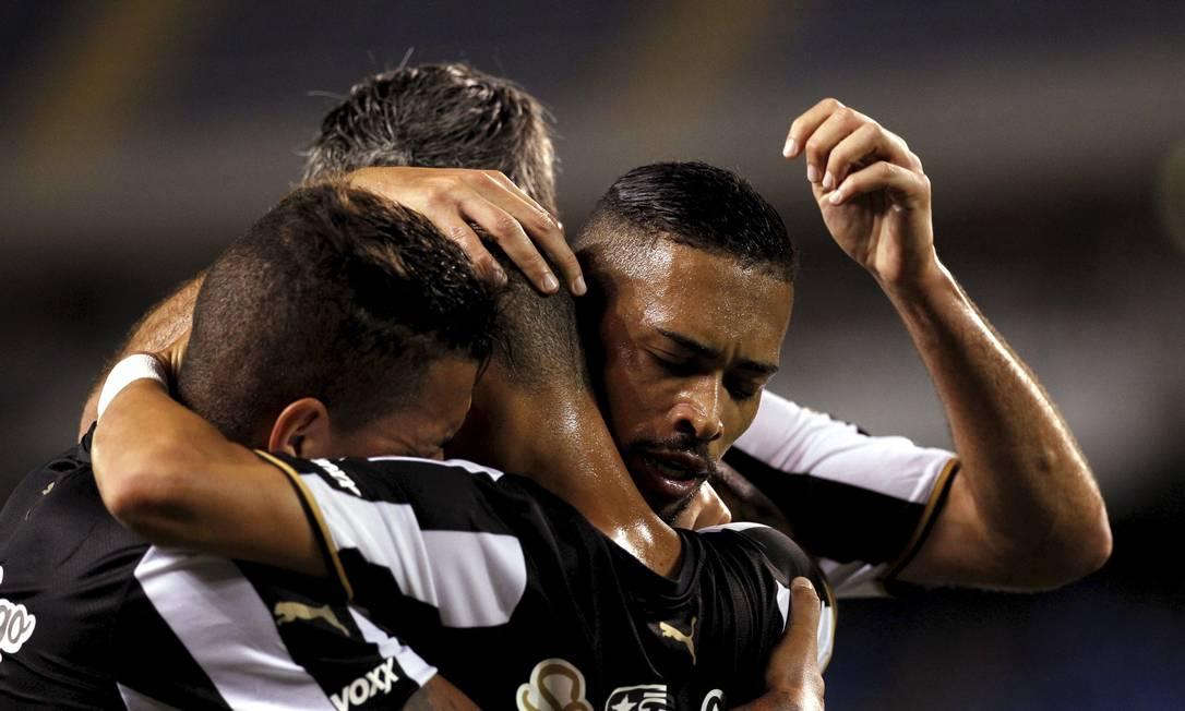 Neilton é abraçdo pelos companheiros Cezar Loureiro / Agência O Globo