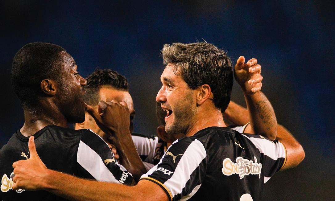 Navarro comemora um de seus dois gols na vitória contra o ABC Guilherme Leporace / Agência O Globo