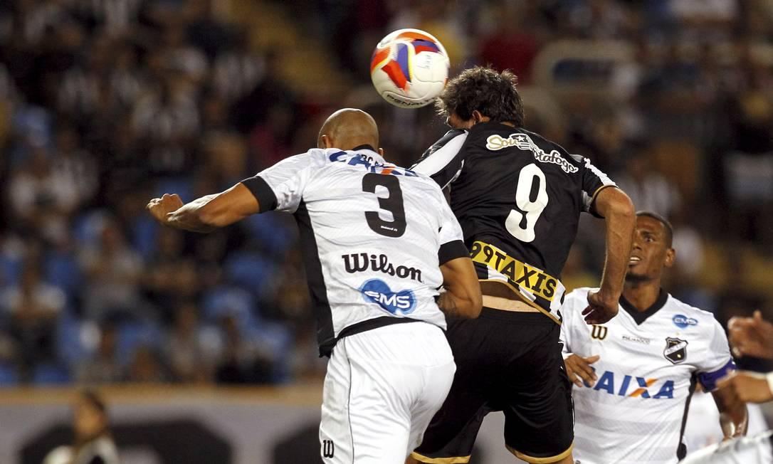 Na etapa final, Navarro se antecipou à zaga para marcar o terceiro gol do Botafogo Cezar Loureiro / Agência O Globo