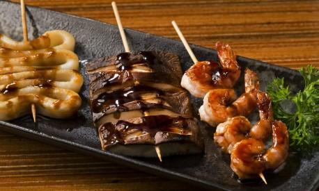 Espetinho de lula, shiitake e camarão do Kotobuki Foto: Alexander Landau / Divulgação