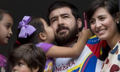 Maria Daniela beija o pai, Daniel Ceballos: prisão domiciliar após meses na cadeia Foto: Ariana Cubillos / AP
