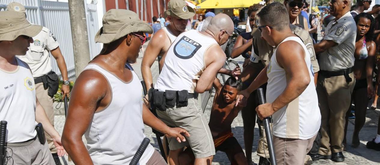 Guardas municipais atuaram durante tumulto com assaltos no Arpoador durante o último verão Foto: Guito Moreto / Agência O Globo