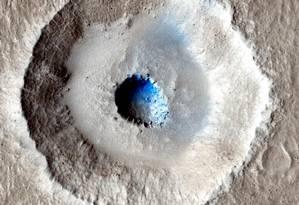 Imagem obtida pela Mars Reconnaissance Orbiter mostra uma camada de gelo no centro de uma cratera causada pelo impacto de um meteoro Foto: NASA