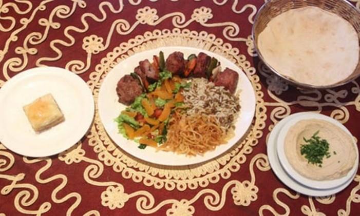 Kebab de cordeiro, no Al Khayam Foto: Divulgação