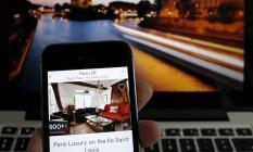 Paris, uma das cidades contempladas com a ferramenta, é o município no mundo com mais imóveis no Airbnb Foto: CHRISTIAN HARTMANN / REUTERS
