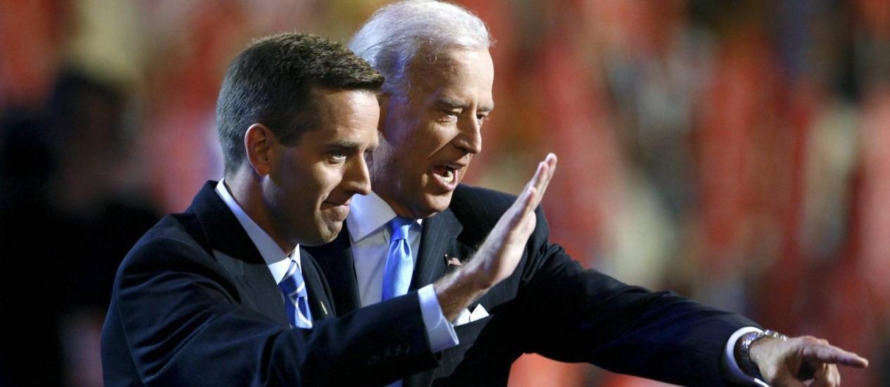 Joe Biden, e o filho Beau, morto em maio, durante a Convenção Democrata de 2008. Vice-presidente pode ameaçar campanha de Hillary Clinton Foto: CHRIS WATTIE / REUTERS