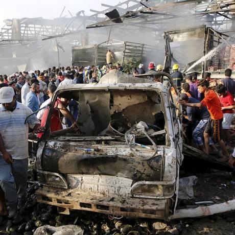 Moradores se reúnem no local onde explodiu um caminhão em mercado de Bagdá Foto: STRINGER/IRAQ / Reuters