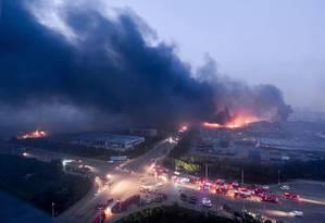 O céu da cidade chinesa de Tianjin ficou coberto de cinzas depois de uma forte explosão na quarta-feira, deixou ao menos 50 mortos Foto: STR / AFP