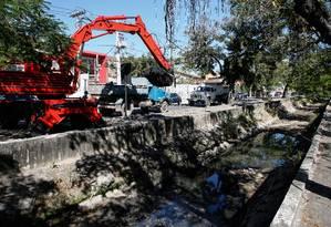 A dragagem do canal da Presidente Roosevelt já retirou mais de 800 metros cúbicos de areia e lixo Foto: Marcos Tristão / Agência O Globo