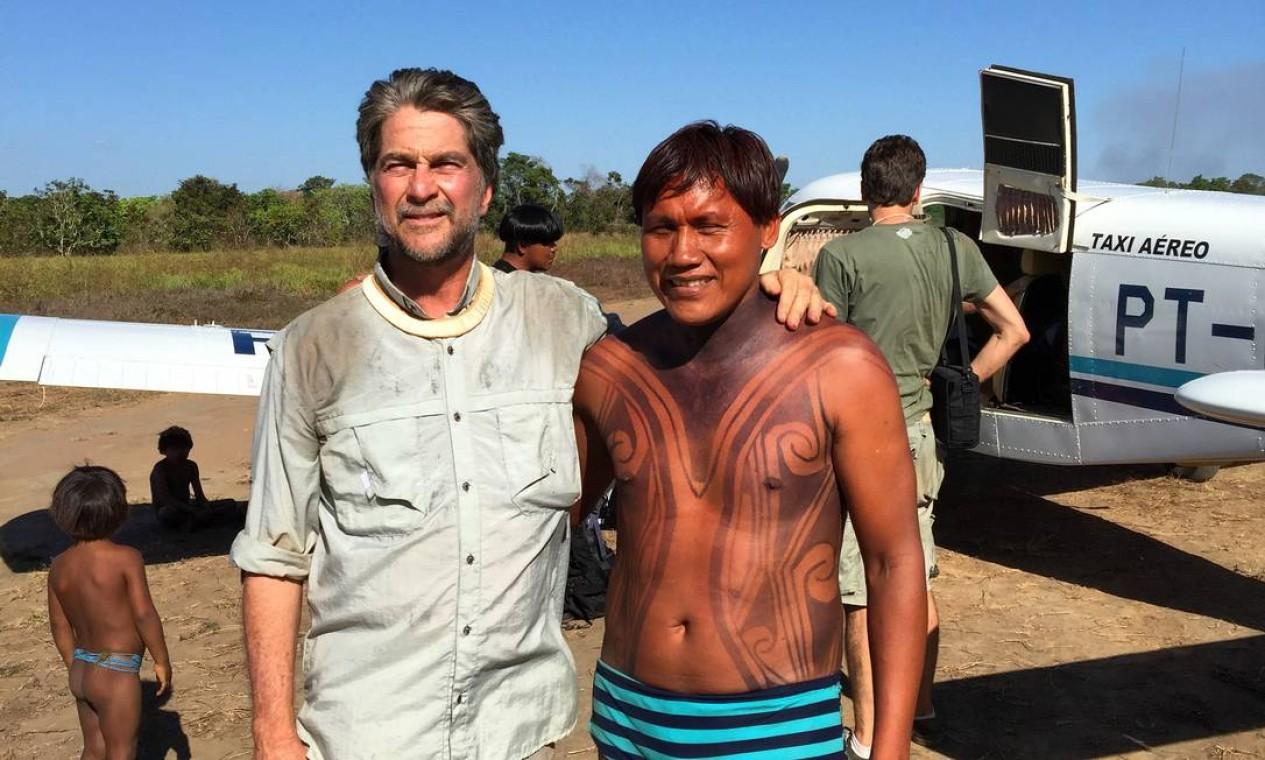 Chegado ao Xingu foi de avião. Na reserva, ele presenteou Marcello com uma câmera fotográfica Foto: Arquivo pessoal / João de Orleans e Bragança