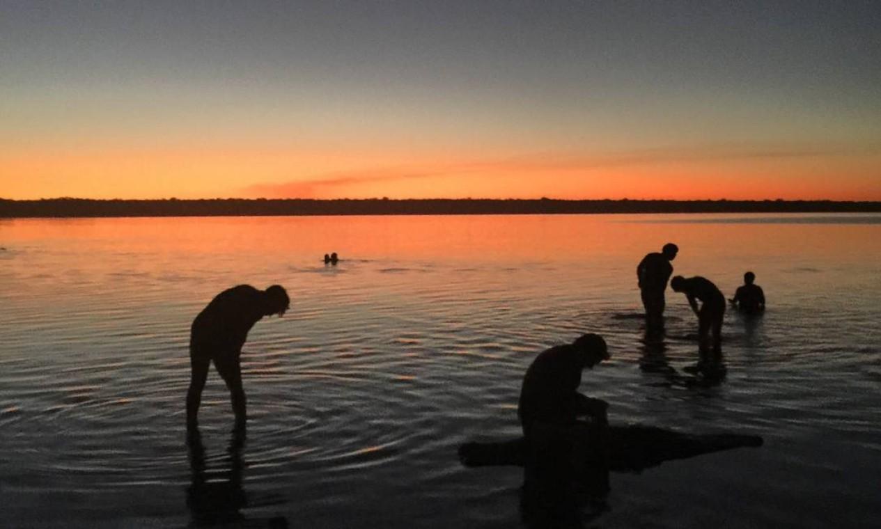 Entre as imagens registradas por Joãozinho, uma delas mostra os índios se banhando com o sol se pondo no Xingu Foto: João de Orleans e Bragança / João de Orleans e Bragança