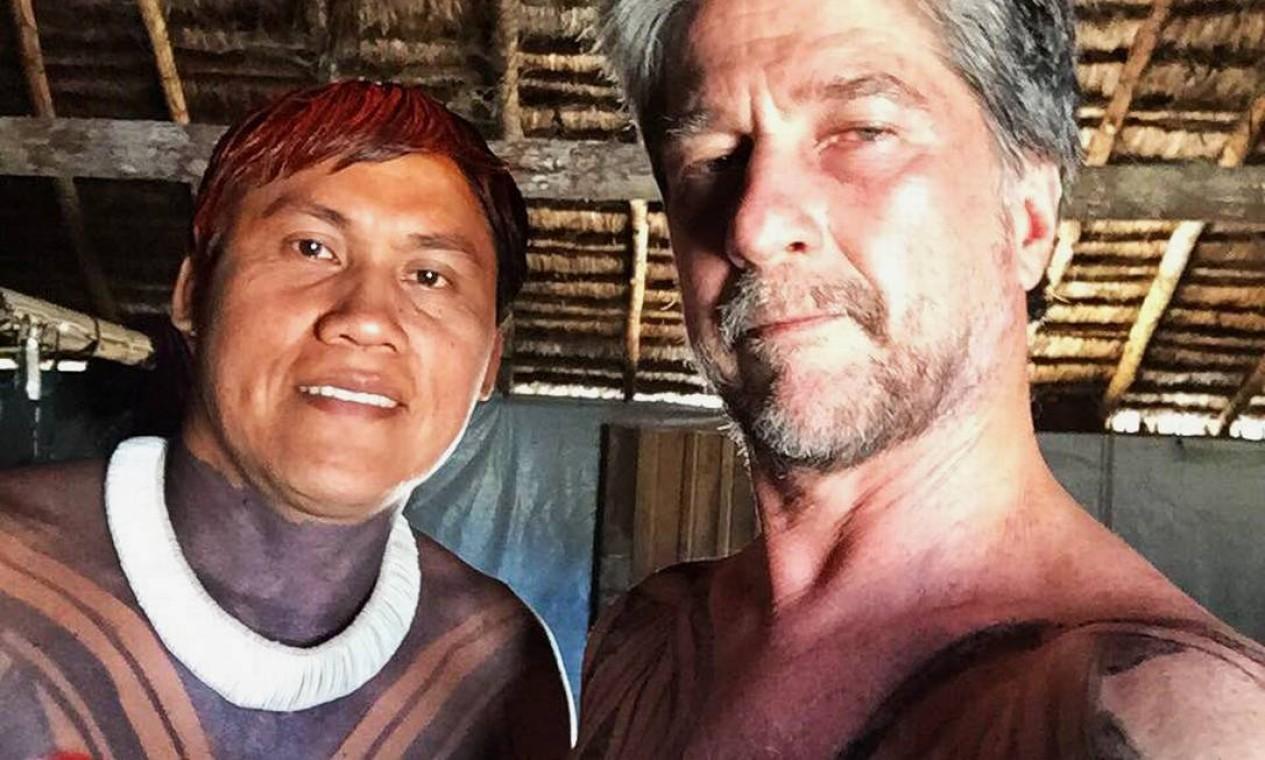 Em selfie feita com celular, Joãozinho aparece ao lado de Marcello com o corpo pintado pelos índios Foto: Arquivo pessoal / João de Orleans e Bragança
