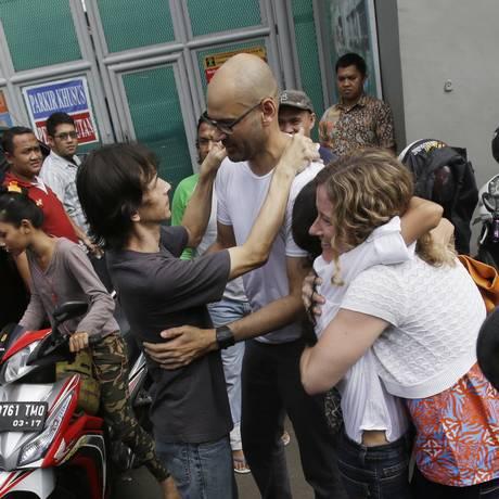 O proferssor canadense Neil Bantleman abraça o assistente de ensino indonésio depois de terem sido libertados da prisão de Cipinang, em Jacarta Foto: Achmad Ibrahim / AP