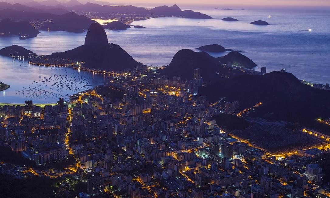 As ruas da cidade iluminadas. Ao fundo, o Pão de Açúcar Thiago Lontra / Agência O Globo
