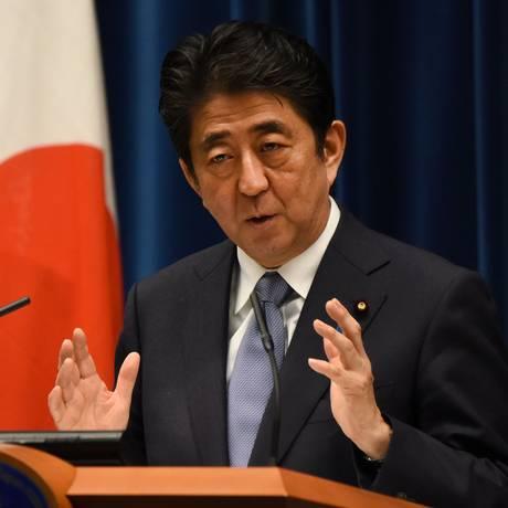 Shinzo Abe faz discurso durante o 70º aniversário do fim da Segunda Guerra Mundial, na véspera da data que marcou a derrota japonesa no conflito Foto: TORU YAMANAKA / AFP