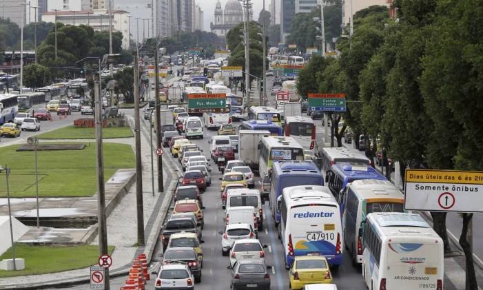 Trânsito parado na Avenida Presidente Vargas Foto: Pablo Jacob / Agência O Globo