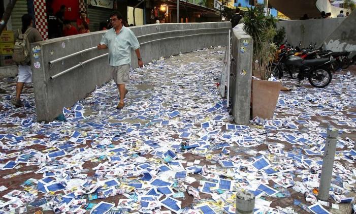 Sujeira resultante de propaganda eleitoral irregular em rua Foto: Ivo Gonzalez / Agência O Globo