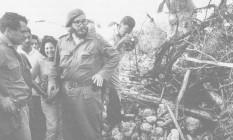 Ação. Em 1961, Fidel examina os destroços de um avião americano que caiu na tentativa de invadir Cuba, na Baía dos Porcos Foto: Bob Henriques / Magnum