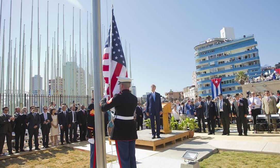 Após um discurso emocionado de Kerry, soldados volta a içar a bandeira, 54 anos depois Foto: Pablo Martinez Monsivais / REUTERS