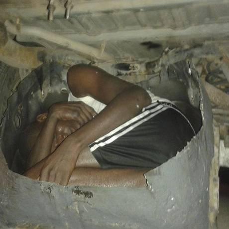Africano contorcido em fundo falso de carro para tentar entrar na Espanha Foto: HANDOUT / REUTERS
