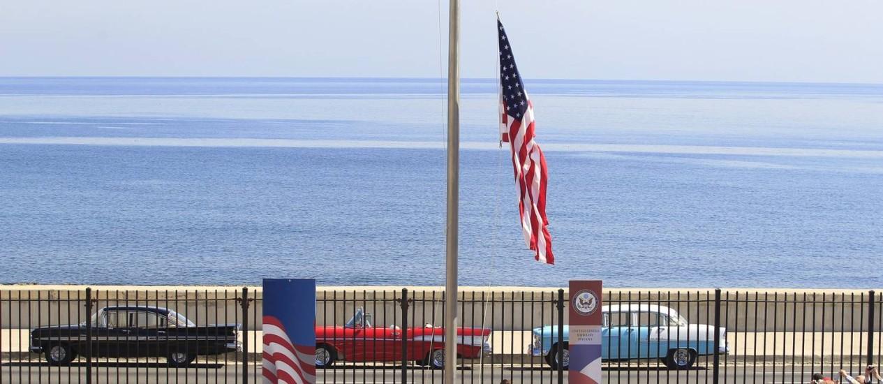 Fuzileiros navais americanos erguem bandeira dos EUA em ato que marca a reabertura da embaixada dos Estados Unidos em Cuba, depois de mais de meio século fechada Foto: STRINGER / REUTERS