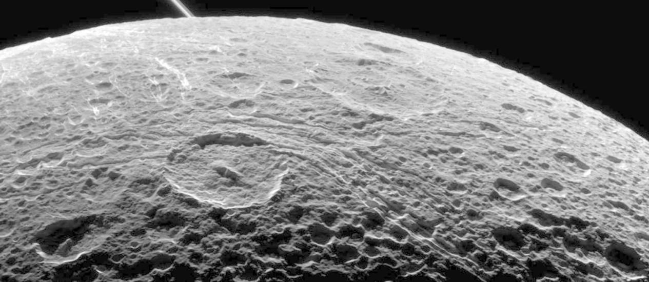 Imagem da superfície de Dione captada pela própria Cassini em sobrevoo da lua em junho passado: última chance de coletar dados científicos de perto será nesta segunda Foto: Nasa/JPL-Caltech/Space Science Institute