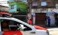 Policiais fazem patrulhamento na frente do bar onde houve o maior número de mortes em Osasco
