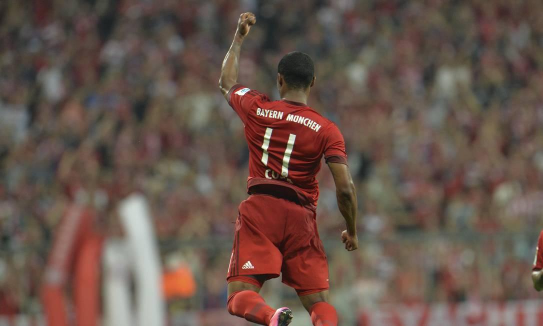 A emoção Douglas Costa ao marcar seu primeiro gol com a camisa do Bayern Kerstin Joensson / AP